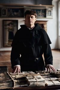 Martin Luther (Roman Knizka) bei der Verteidigung seiner Schriften auf dem Reichstag in Worms (1521).
